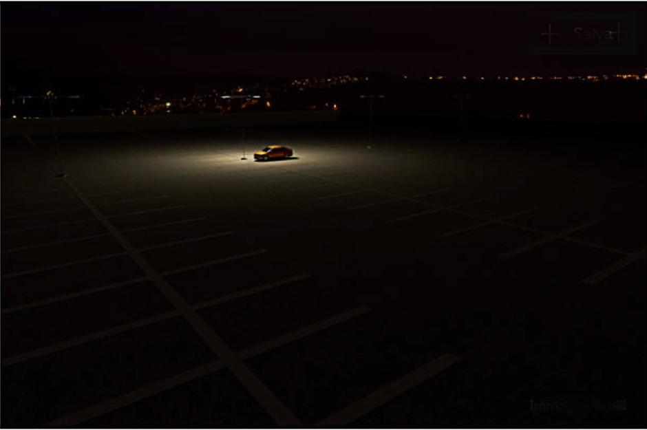 macchina parcheggiata nel buio